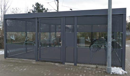 Fahrradhaus Big Point mit kombinierter Lochblech und Einscheibensicherheitsglas-Ausfachung