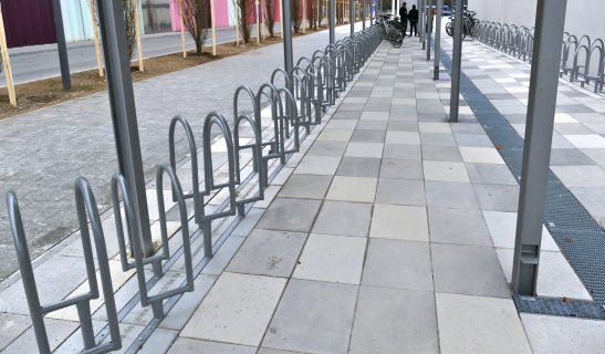 Fahrradständer in 45° Stellung Forte in profilierter Fundamentsteinplatte
