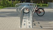 Profilierte Fundamentsteinplatte zum ebenerdigen Einbau der Fahrradständerschiene