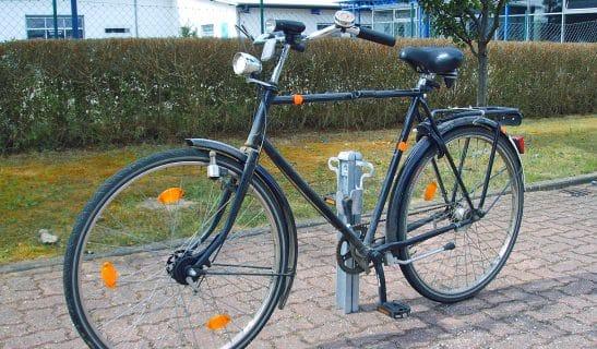 Pedalparker mit Öse zum Abschließen von Laufrad und Rahmen