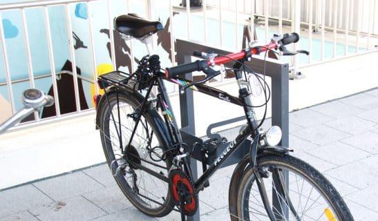 Anlehnbügel aus Rechteckrohr mit Pedalhalter und Abschließöse