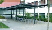Urban Line, beidseitig mit Überkragung; Flachstahl-Anlehnbügel mit Knieholm